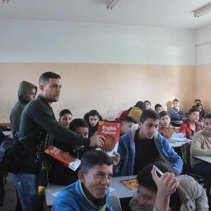 : الرابطة الإسلامية توزع كتاب اللغة الإنجليزية على الطلاب في مدارس شمال غزة.