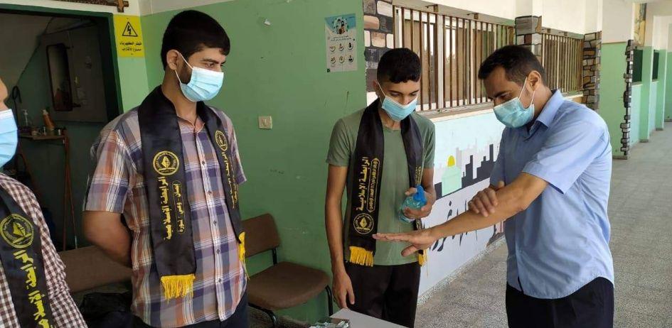 الرابطة الإسلامية تستقبل طلبة الثانوية العامة خلال استلامهم الكتب المدرسية في مدرسة شهداء الزيتون بغزة