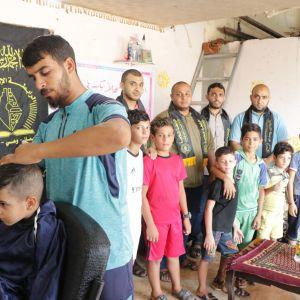"""الرابطة الإسلامية تنظم حملة """"قص الشعر"""" لطلاب المدارس في شمال غزة"""