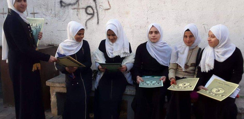 الرابطة الإسلامية تشرع بتوزيع الملازم الدراسية على طالبات المدارس برفح