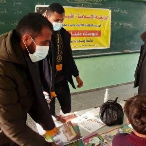 """الرابطة الإسلامية تطلق حملة """"دبوس كتابك علينا"""" في مدارس رفح"""
