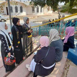 الرابطة الإسلامية توزع الحلوى على طالبات العلوم والتكنولوجيا في خانيونس